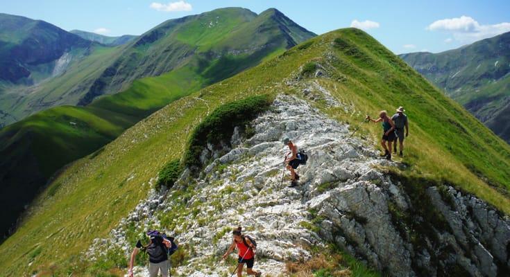 Mensen die wandelen op de bergen in Monte Sibillini